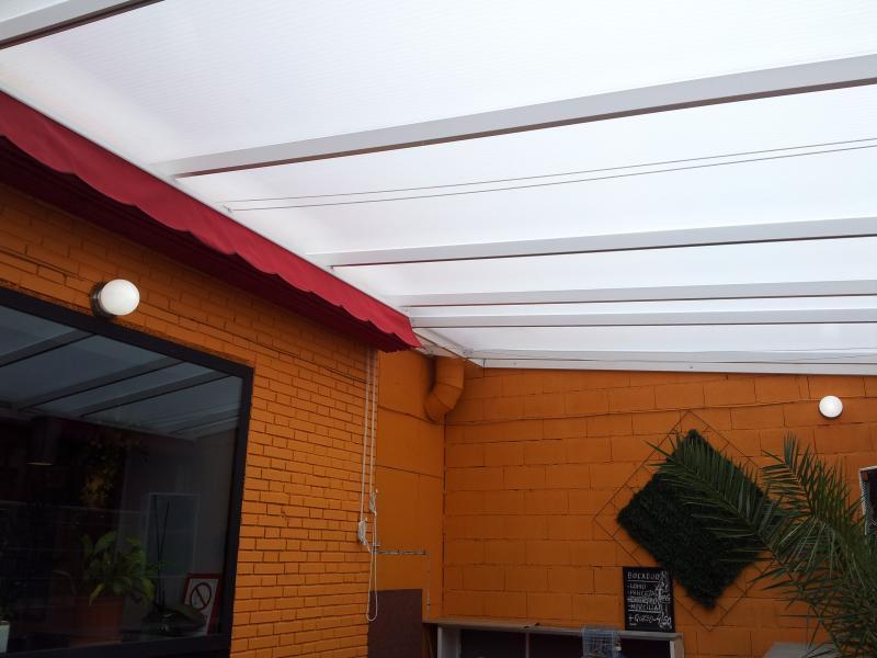 Techos de policarbonato para terrazas for Cortina para claraboya de techo