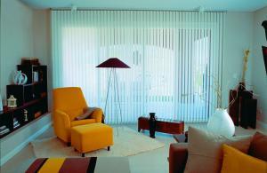 Cortinas-Verticales-en-Salón-de-vivienda-web
